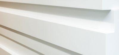 BETACRYL® може да бъде залепен с незабележими фуги. Този процес на слепване, гарантиран от двукомпонентно лепило, позволява да се постигнат монолитни резултати без видими фуги между различните елементи от BETACRYL®.